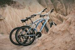 Ένα ζευγάρι των ποδηλάτων βουνών σταθμεύουν στα βουνά ερήμων Στοκ εικόνα με δικαίωμα ελεύθερης χρήσης