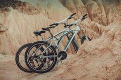Ένα ζευγάρι των ποδηλάτων βουνών σταθμεύουν στα βουνά ερήμων Στοκ Εικόνες
