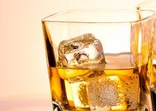 Ένα ζευγάρι των ποτηριών του ουίσκυ με τον πάγο στοκ εικόνες