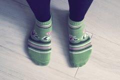Ένα ζευγάρι των ποδιών στις κάλτσες Στοκ εικόνες με δικαίωμα ελεύθερης χρήσης
