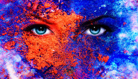 Ένα ζευγάρι των όμορφων μπλε ματιών γυναικών που ακτινοβολούν, γήινη επίδραση χρώματος, κολάζ ζωγραφικής, βιολέτα makeup Στοκ Φωτογραφίες