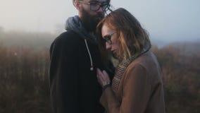 Ένα ζευγάρι των hipsters που πιέζεται ο ένας εναντίον του άλλου απόθεμα βίντεο