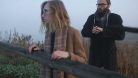 Ένα ζευγάρι των hipsters που υπαίθρια απόθεμα βίντεο
