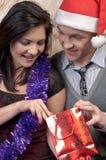 Ένα ζεύγος γιορτάζει τα Χριστούγεννα στοκ εικόνες με δικαίωμα ελεύθερης χρήσης