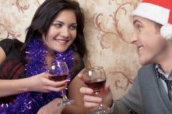 Ένα ζεύγος γιορτάζει τα Χριστούγεννα στοκ φωτογραφίες