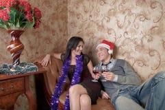 Ένα ζεύγος γιορτάζει τα Χριστούγεννα στοκ εικόνες