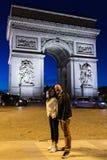 Ένα ζεύγος θέτει έξω από το τόξο de Triomphe στο Παρίσι, Γαλλία Στοκ φωτογραφία με δικαίωμα ελεύθερης χρήσης