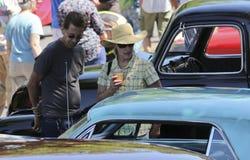Ένα ζεύγος θαυμάζει ένα αυτοκίνητο σε ένα εκλεκτής ποιότητας αυτοκίνητο παρουσιάζει στη Σάντα Φε Στοκ εικόνα με δικαίωμα ελεύθερης χρήσης