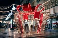 Ένα ζεύγος μέσα στο φωτισμένο δώρο Στοκ εικόνα με δικαίωμα ελεύθερης χρήσης