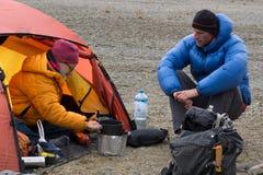 Ένα ζεύγος ορειβατών βουνών μαγειρεύει το γεύμα στη σκηνή τους στο στρατόπεδο βάσεων στο BLANCA οροσειρών στοκ φωτογραφίες με δικαίωμα ελεύθερης χρήσης