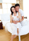 Ένα ζεύγος που ανακαλύπτει τα αποτελέσματα μιας δοκιμής εγκυμοσύνης Στοκ Εικόνα
