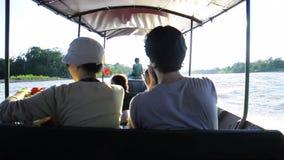 Ένα ζεύγος που απολαμβάνει έναν γύρο σε μια βάρκα μηχανών φιλμ μικρού μήκους