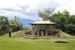 Ένα ζεύγος που επισκέπτεται το πάρκο SAN Agustin Archeological, Huilla, Κολομβία Παγκόσμια κληρονομιά της ΟΥΝΕΣΚΟ στοκ φωτογραφία με δικαίωμα ελεύθερης χρήσης