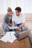 Ένα ζεύγος που κάνει τη λογιστική τους με ένα lap-top Στοκ Φωτογραφία