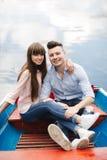 Ένα ζεύγος που οδηγά μια μπλε βάρκα σε μια λίμνη ρωμανικός ζεύγος συναισθηματικό αστείος και ερωτευμένος στοκ εικόνες με δικαίωμα ελεύθερης χρήσης