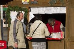 Ένα ζεύγος που ψωνίζει στις παραδοσιακές αγορές Χριστουγέννων στην πλατεία Masaryk, Οστράβα Στοκ εικόνες με δικαίωμα ελεύθερης χρήσης