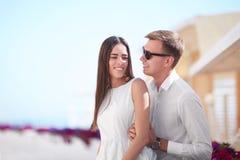 Ένα ζεύγος σε διακοπές Όμορφοι εραστές σε ένα ηλιόλουστο υπόβαθρο ακτών Μια λατρευτή φίλη και ένας χαμογελώντας φίλος Στοκ Φωτογραφίες