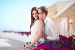 Ένα ζεύγος σε διακοπές Όμορφοι εραστές σε ένα ηλιόλουστο υπόβαθρο ακτών Μια λατρευτή φίλη και ένας χαμογελώντας φίλος Στοκ φωτογραφίες με δικαίωμα ελεύθερης χρήσης