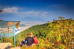 Ένα ζεύγος τουριστών στην κορυφή του Pokhara Στοκ Εικόνα