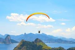 Ένα ζωηρόχρωμο αλεξίπτωτο με το skydiver σε ένα ηλιόλουστο υπόβαθρο μπλε ουρανού ενεργός τρόπος ζωής ακραίος αθλητισμός Η έννοια  στοκ φωτογραφία με δικαίωμα ελεύθερης χρήσης
