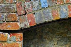 Ένα ζωηρόχρωμο σχέδιο τούβλου στην παλαιά εγκαταλελειμμένη εστία στοκ εικόνα με δικαίωμα ελεύθερης χρήσης