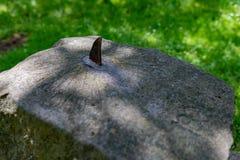 Ένα ηλιακό ρολόι που κόβεται παλαιό στην πέτρα Μέτρηση του χρόνου με τον ήλιο στοκ φωτογραφία
