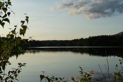 Ένα ηλιοβασίλεμα πτώσης μετατρέπει μια λίμνη σε καθρέφτη Στοκ φωτογραφίες με δικαίωμα ελεύθερης χρήσης