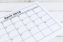 Ένα ημερολογιακό τον Απρίλιο του 2018 εγγράφου στο ξύλινο υπόβαθρο Στοκ Εικόνες