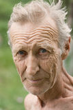 Ένα ηλικιωμένο άσπρος-μαλλιαρό, αξύριστο άτομο Στοκ Φωτογραφία