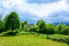 Ένα θαυμάσιο τοπίο του ουκρανικού χωριού στα Καρπάθια βουνά Στοκ φωτογραφία με δικαίωμα ελεύθερης χρήσης