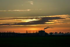 Ένα θερμοκήπιο στην Ολλανδία ανατροφοδοτεί κάτω από τον ουρανό βραδιού στοκ φωτογραφία