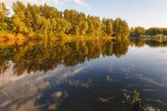 Ένα θερμό θερινό βράδυ στον ποταμό Sakmara Στοκ Φωτογραφίες