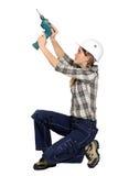 Ένα θηλυκό handyman με ένα τρυπάνι. στοκ φωτογραφία