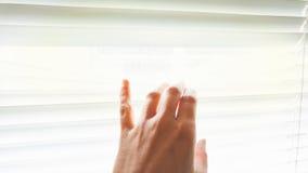 Ένα θηλυκό χέρι αγγίζει μερικούς ενετικούς τυφλούς από το παράθυρο Στοκ εικόνες με δικαίωμα ελεύθερης χρήσης