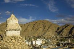 Ένα θιβετιανό stupa στο υπόβαθρο της πόλης στα βουνά στοκ εικόνες