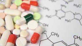 Ένα θολωμένο υπόβαθρο που ξεπερνά την εστίαση ως ιατρική έννοια με τα χάπια και τις κάψες απόθεμα βίντεο