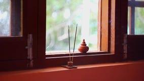 Ένα θυμίαμα κολλά το κάψιμο στο παράθυρο