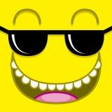 Ένα διανυσματικό χαριτωμένο κίτρινο πρόσωπο κινούμενων σχεδίων με τα γυαλιά ηλίου Στοκ εικόνα με δικαίωμα ελεύθερης χρήσης