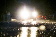 Ένα ιαπωνικό αυτοκίνητο κολλήθηκε σε μια βαθιά λίμνη κατά τη διάρκεια του σκοταδιού κατά τη διάρκεια ενός τυφώνα στοκ εικόνα με δικαίωμα ελεύθερης χρήσης
