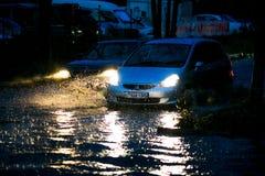 Ένα ιαπωνικό αυτοκίνητο κολλήθηκε σε μια βαθιά λίμνη κατά τη διάρκεια του σκοταδιού κατά τη διάρκεια ενός τυφώνα στοκ εικόνες με δικαίωμα ελεύθερης χρήσης