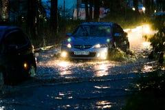 Ένα ιαπωνικό αυτοκίνητο κολλήθηκε σε μια βαθιά λίμνη κατά τη διάρκεια του σκοταδιού κατά τη διάρκεια ενός τυφώνα στοκ εικόνες