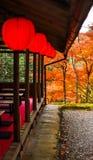 Ένα ιαπωνικό σπίτι τσαγιού με τις απόψεις των φύλλων φθινοπώρου Στοκ Εικόνες