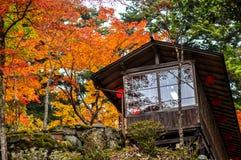 Ένα ιαπωνικό σπίτι τσαγιού που βλέπει κατά τη διάρκεια του φθινοπώρου στο Takao, Κιότο, Ιαπωνία Στοκ Εικόνες