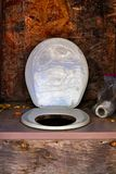 Ένα κάθισμα και ένα έγγραφο τουαλετών outhouse στοκ εικόνα
