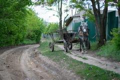 Ένα κάρρο χωρίς ένα Carter που περιμένει εδώ κοντά έναν του χωριού δρόμο Στοκ Φωτογραφία