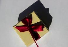 Ένα κίτρινο κιβώτιο για το δαχτυλίδι, ένα μικρό κιβώτιο με ένα κόκκινο τόξο στοκ φωτογραφία