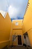 Ένα κίτρινο κτήριο Στοκ φωτογραφίες με δικαίωμα ελεύθερης χρήσης