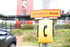 Ένα κίτρινο τηλεφωνικό κιβώτιο έκτακτης ανάγκης υπαίθριο στο πάρκο Στοκ φωτογραφίες με δικαίωμα ελεύθερης χρήσης