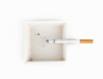 Ένα καίγοντας τσιγάρο άσπρο ashtray Στοκ φωτογραφία με δικαίωμα ελεύθερης χρήσης