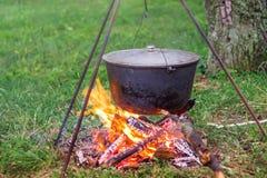 Ένα καζάνι στην εστία μαγειρεύοντας σε ένα ταξίδι Υπόλοιπο και Στοκ φωτογραφία με δικαίωμα ελεύθερης χρήσης